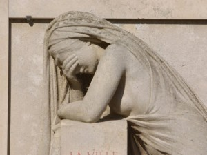 sculpture-of-crying-woman